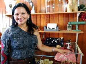 Rita Prossi confecciona joias com produtos florestais (Foto: Jamile Alves/G1 AM)