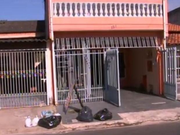 Lixo acumulado na frente do comércio de moradora de Sorocaba prejudica o andamento dos negócios (Foto: Reprodução/TV TEM)