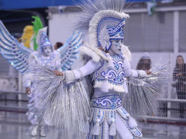 Destaque da Águia de Ouro canta samba-enredo da escola (Foto: Raul Zito/G1)