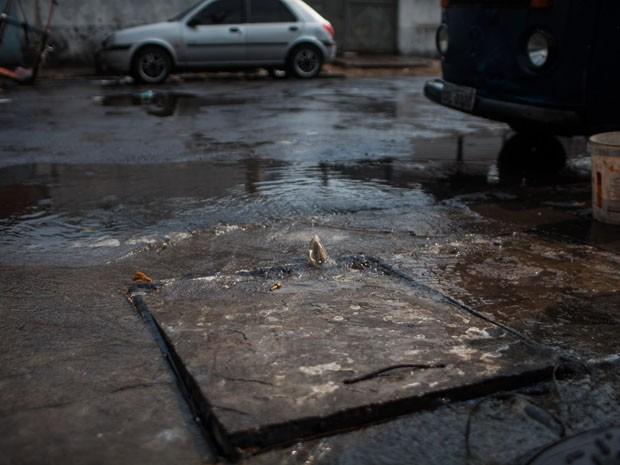 Desperdício de água no Centro de São Paulo (Foto: Victor Moriyama/G1)