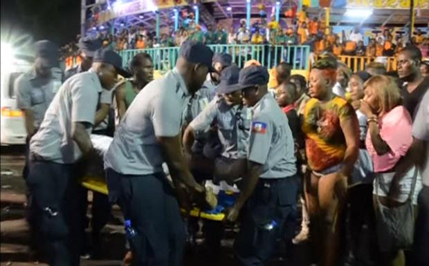 Pessoa é resgatada depois de acidente em que trio elétrico foi atingido por descarga elétrica (Foto:  Reuters TV)