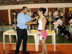 Bruna Mara recebe medalha em competição-2 (Foto: acervo pessoal)