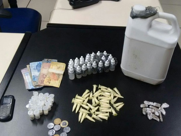 Drogas foram encontradas dentro da casa de suspeito (Foto: Divulgação/Polícia Militar)
