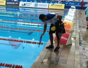 Felipe França molha a medalha (Foto: Guilherme Costa)