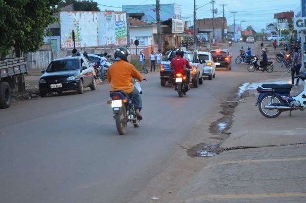 Carros durante o horário de maior fluxo na avenida (Foto: Magda Oliveira/G1)