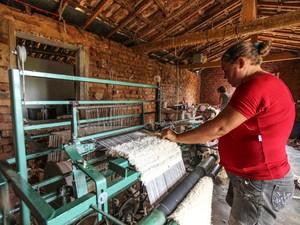 A Casa de Nena é uma das paradas no turismo de vivência para acompanhar a transformação de tapetes de buchinhas em bolsas (Foto: Augusto Pessoa/Sebrae PB)