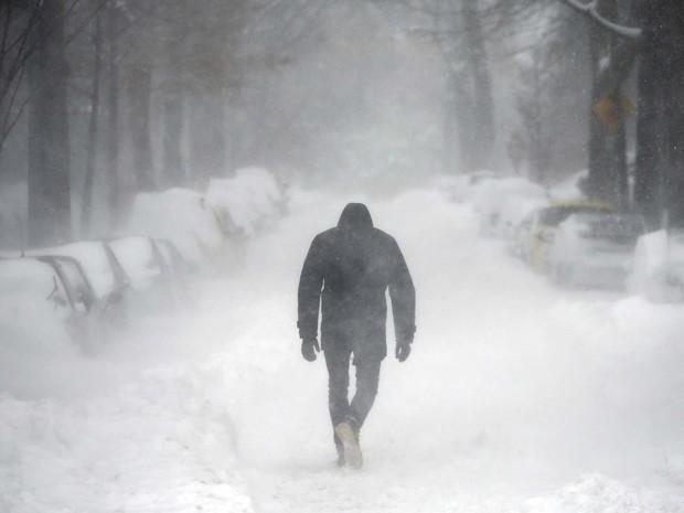 Homem caminha por rua coberta de neve durante nevasca neste sábado (23) em Washington (Foto: REUTERS/Carlos Barria)