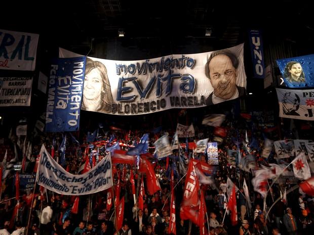 Apoiadores de Daniel Sciolo aguardam resultado das eleições presidenciais deste domingo (25) na Argentina (Foto: REUTERS/Marcos Brindicci)
