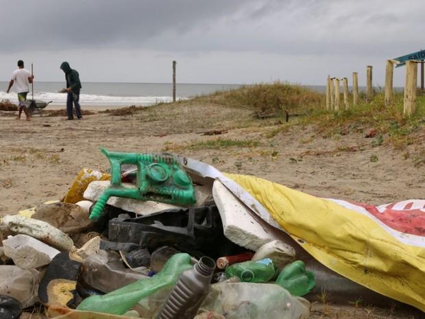 Lixo foi recolhido em praias de Ilha Comprida, SP (Foto: Camila Pires/Divulgação IPeC)
