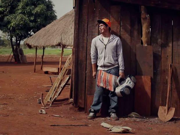 Clipe foi gravado em adeias indígenas de Dourados com apoio do fotógrafo suíço Yan Gross.  (Foto: Reprodução/Brô MC's)