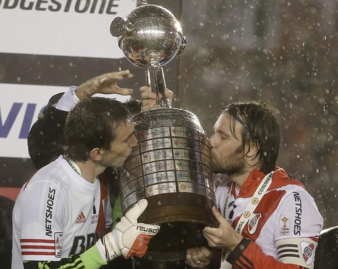 Pour fêter la Copa Libertadores, Cavenaghi marque le coup... sur sa peau