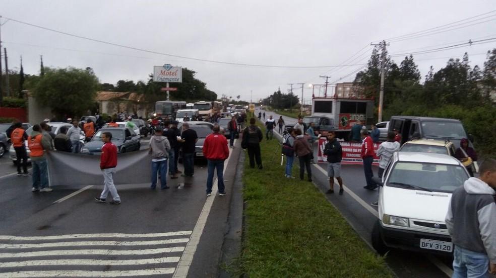 Sindicato bloqueou via de acesso à empresas em Pindamonhangaba (Foto: Divulgação/Sindicato dos Metalúrgicos de Pindamonhangaba)