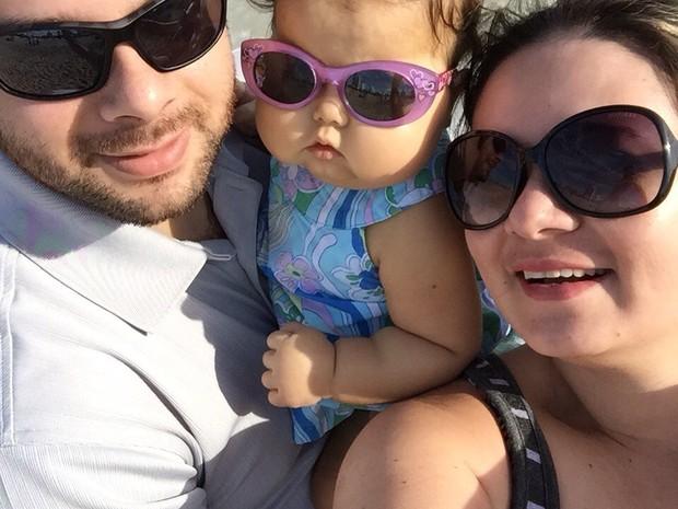 Bebê Sofia e pais, Gilson e Patrícia, em Miami Beach (Foto: Arquivo pessoal)