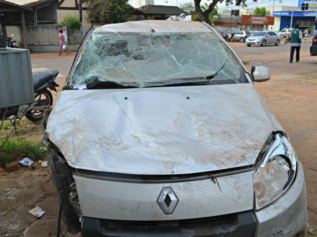 Durante a fuga, assaltantes perderam controle do carro roubado e capotaram próximo a 4ª Ponte (Foto: Aline Nascimento/G1)
