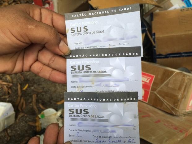 Carteirinhas do SUS foram encontrads em caçamba de lixo do hospital (Foto: Cristina Boeckel/G1)