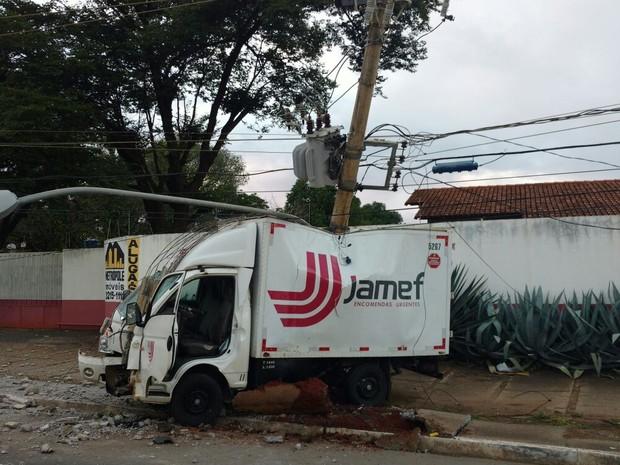 Motorista teve ferimento na perna (Foto: Divulgação / Corpo de Bombeiros)