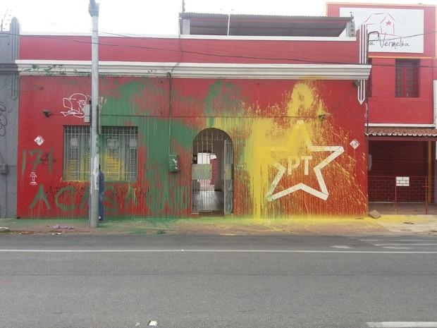 Sede do PT municipal de Fortaleza é alvo de vandalismo e pichações: a casa caiu (Foto: Francisco de Assis/PT Ceará)