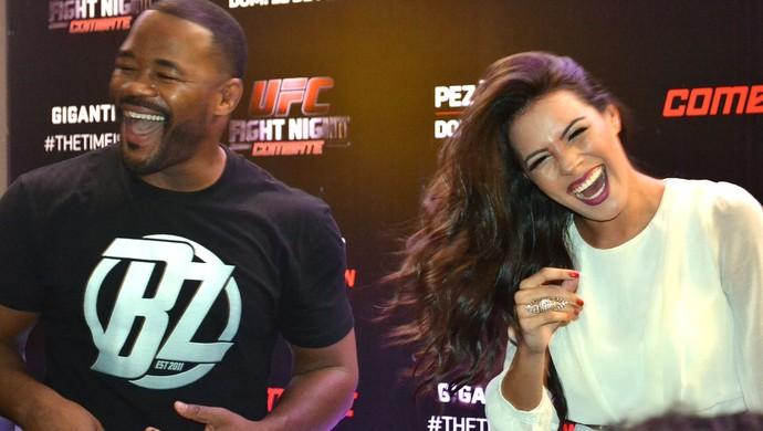 Rashad Evans e Camila Oliveira sessão de autógrafos UFC Porto Alegre (Foto: Marcelo Barone)