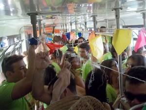 Dentro do trem rumo a Galante, é impossível ficar parado (Foto: Rafael Melo/G1)