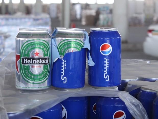 Latas de cerveja tinham adesivos para imitar embalagem de refrigerante (Foto:  Reprodução/Twitter/KSA Customs)