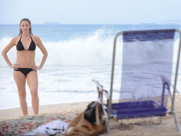 Luana Piovani mostra boa forma em gravação na praia (Foto: Raphael Dias/TV Globo)