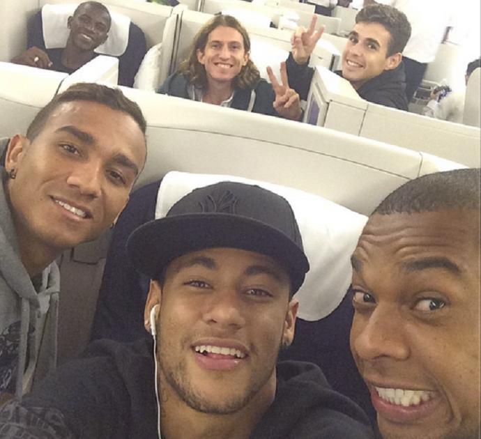 Neymar, Fernandinho, Danilo, Oscar, Filipe Luis e Ramires no avião (Foto: Reprodução / Instagram)