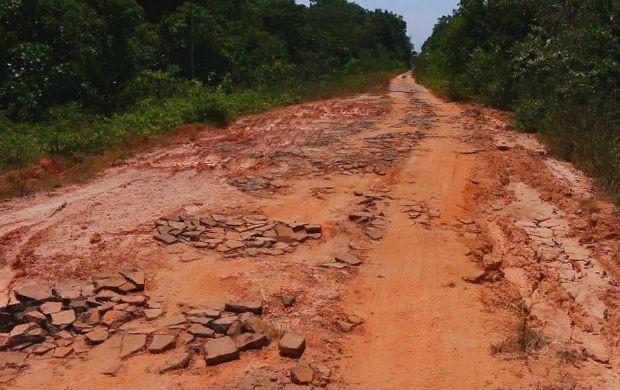 Buracos dificultam o percurso de quem precisa utilizar a estrada (Foto: Bom Dia Amazônia)