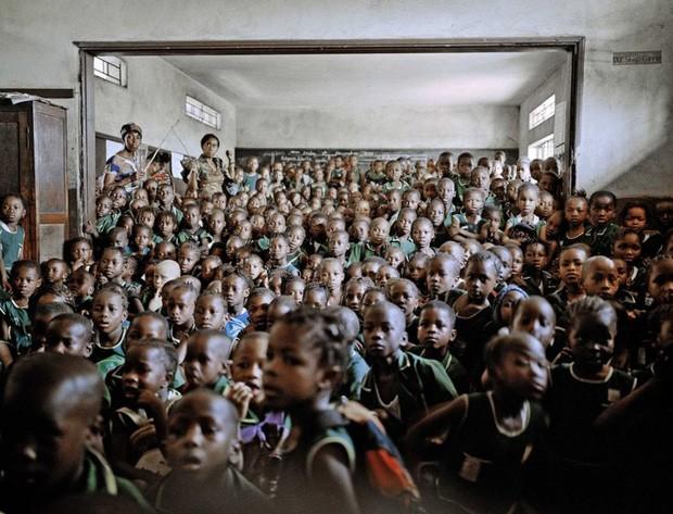 Aula sobre o combate à cólera na Escola Primária da Santíssima Trindade em Freetown, Serra Leoa, imagem que também integra o ensaio vencedor sobre a água (Foto: Mustafah Abdulaziz/Syngenta Photography Award)