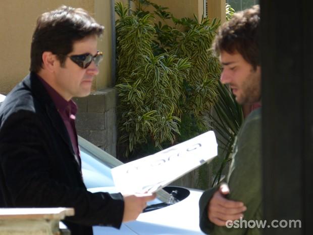 Jonas entrega os papéis de inscrição do concurso para Davi (Foto: Geração Brasil/TV Globo)
