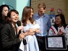 Sósias do príncipe William e de Kate Middleton posam em frente a hospital