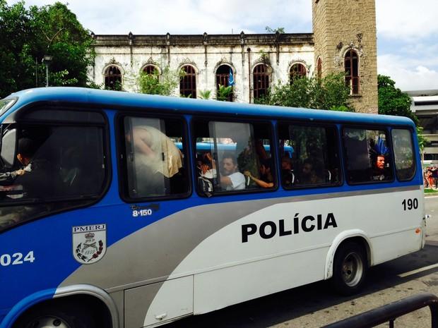 Ônibus da PM levou mais de 10 pessoas para a delegacia (Foto: Janaína Ferreira/G1)