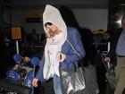 Lindsay Lohan evita flashes ao desembarcar em Nova York