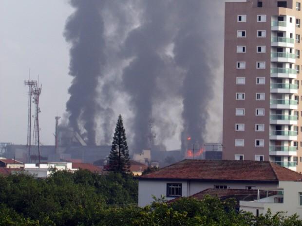 Incêndio pode ser visto de várias partes de Santos (Foto: José Carlos Silvares / VC no G1)