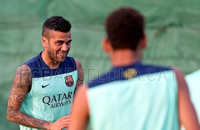 Dani Alves barcelona no treino (Foto: Reprodução Site oficial do Barcelona)
