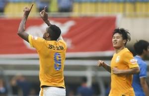 Jô marca diante do Guangzhou R&F (Foto: Reprodução)