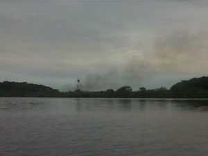 Incêndio atingiu ilha no Canal do Linguado, no Norte de SC (Foto: Marcieli Palhano/RBS TV)