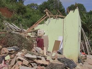 Praticamente um muro restou do acidente; moradores estão bem (Foto: Reprodução/ TV TEM)