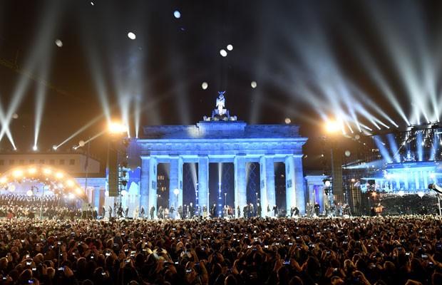 Balões que simbolizavam o Muro de Berlim são liberados durante a festa em comemoração aos 25 anos da queda. (Foto: Odd Andersen/France Presse)