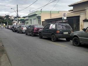 Motoristas aguardam para abastecer em posto de combustíveis em Formiga (Foto: Priscila Rocha/Últimas Notícias/Divulgação)