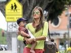 Após chamar atenção por magreza, Alessandra Ambrósio anda com filho
