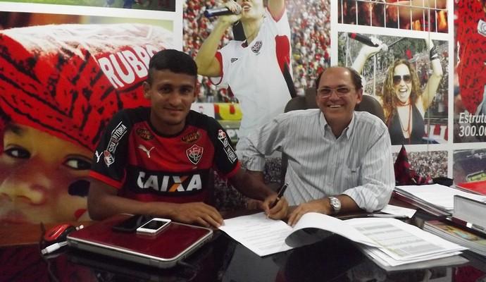 ramon renova contrato com o Vitória (Foto: Divulgação / EC Vitória)