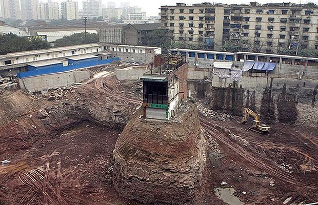 No meio de obra na China, sobrou uma pequena casa  (Foto: Reprodução/Hypeness)