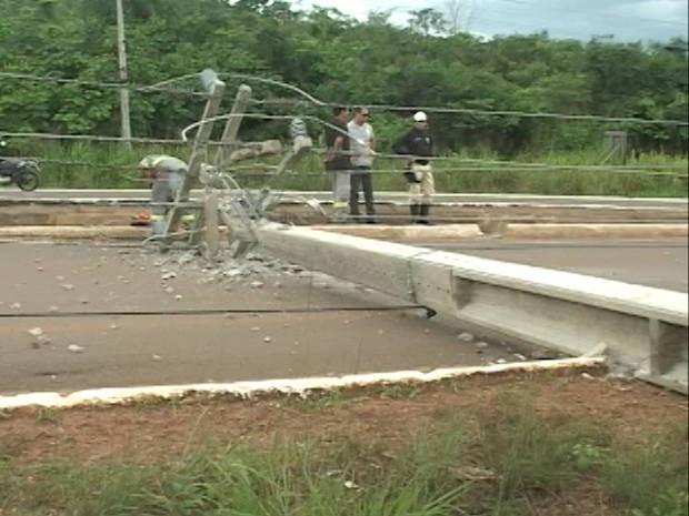 Com o impacto, poste de energia tombou e região ficou sem abastecimento por mais de três horas. (Foto: Reprodução/TV Liberal)