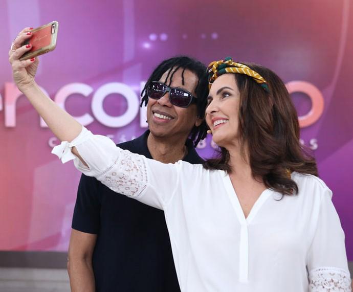 Outra selfie! Fátima com o cantor Djavan (Foto: Fabiano Battaglin/Gshow)