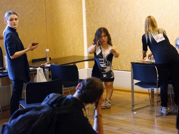Bastidores do Dwarf Fashion Show, no Ministério da Cultura da França, nesta sexta-feira (2) (Foto: Jerome Delay/AP)