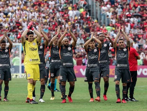 Jogadores do Corinthians saudando a torcida antes da partida contra o Flamengo