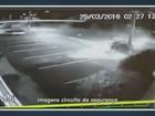 Vídeo mostra carro batendo em poste e se partindo ao meio em Campinas