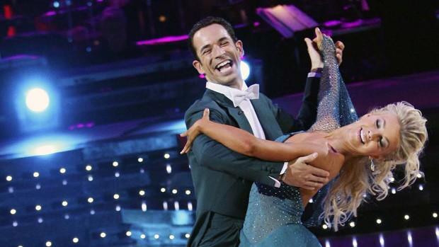 Helio Castroneves e Julianne Hough dançam no 'Dancing with the stars' (Foto: Divulgação)