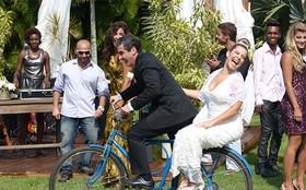 Noivo fofo! Abelardo passeia com Bernardete em uma bicicleta de rodinhas