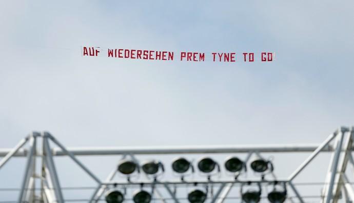 Faixa torcida Sunderland Newcastle (Foto: Reuters)
